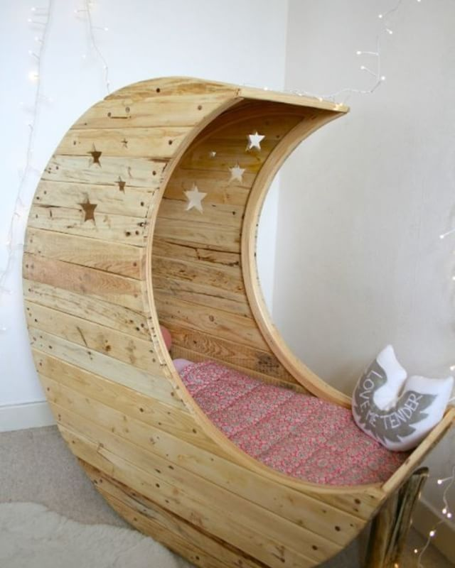 Pallet moon kid bed
